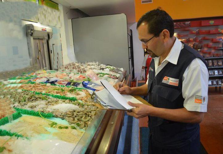Recomiendan a la población verificar muy bien los lugares donde compran o consumen comida. (Tomás Álvarez/SIPSE)