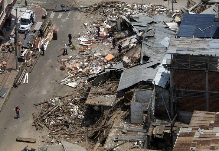 Imagen de los edificios en ruinas por el sismo que se registró en Ecuador. (Agencias)