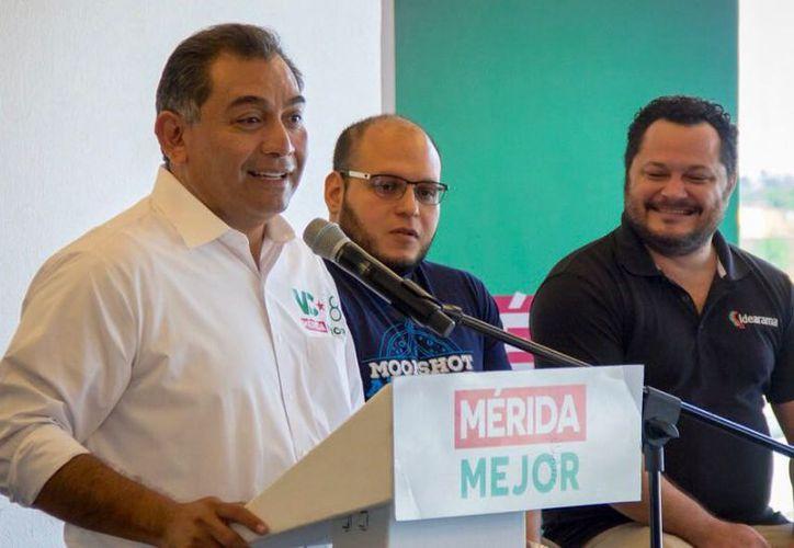El candidato del PRI al Ayuntamiento de Mérida pidió la confianza de los jóvenes. (Milenio Novedades)