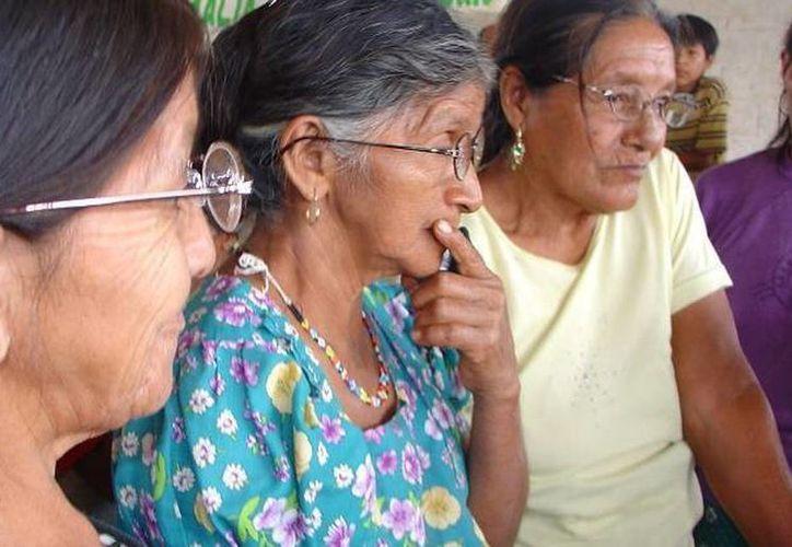 La depresión es uno de los síntomas más frecuentes en la menopausia. Imagen de contexto de un grupo de mujeres mayores. (Archivo/SIPSE)