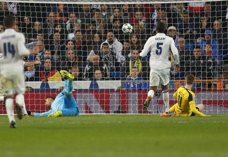 Marco Reus (tirado en el pasto) al momento de anotar uno de los goles con que Dortmund empató 2-2 a Real Madrid en el último partido de la fase de grupos de Champions League. (Fotos: AP)