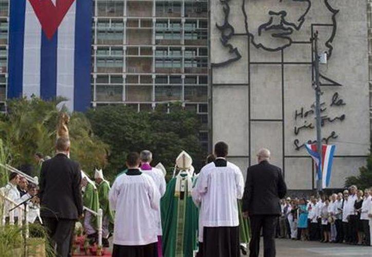 El Papa Francisco al llegar a la Plaza de la Revolición para oficiar misa ante miles de cientos e personas en la Habana, Cuba. (Agencias)