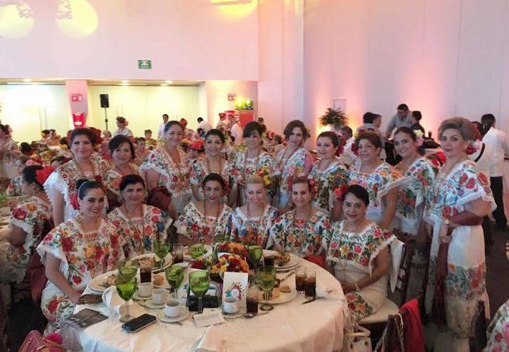 Mujeres destacadas de la sociedad yucateca conviven en el 'Gran Desayuno del Terno' en Mérida. (Milenio Novedades)