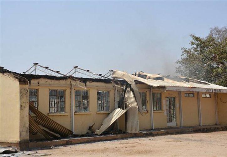 Foto de los restos calcinados del Colegio del Gobierno Federal en Buni Yadi, Nigeria. (Agencias)
