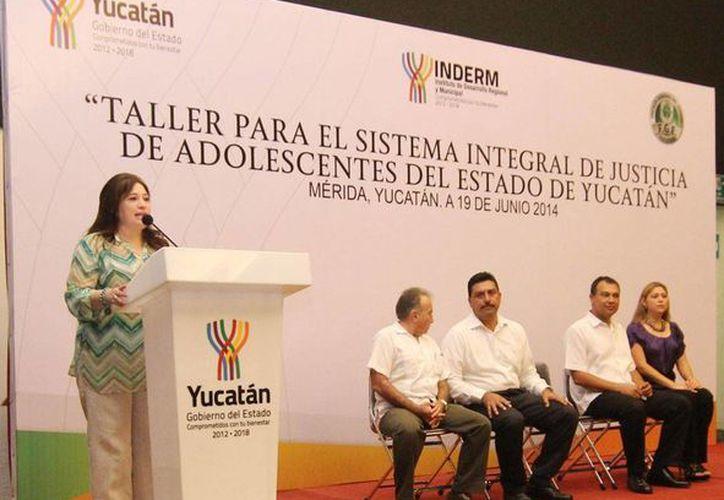 La fiscal general Celia Rivas, durante el Taller para el Sistema Integral de Justicia de Adolescentes del Estado de Yucatán. (Milenio Novedades)