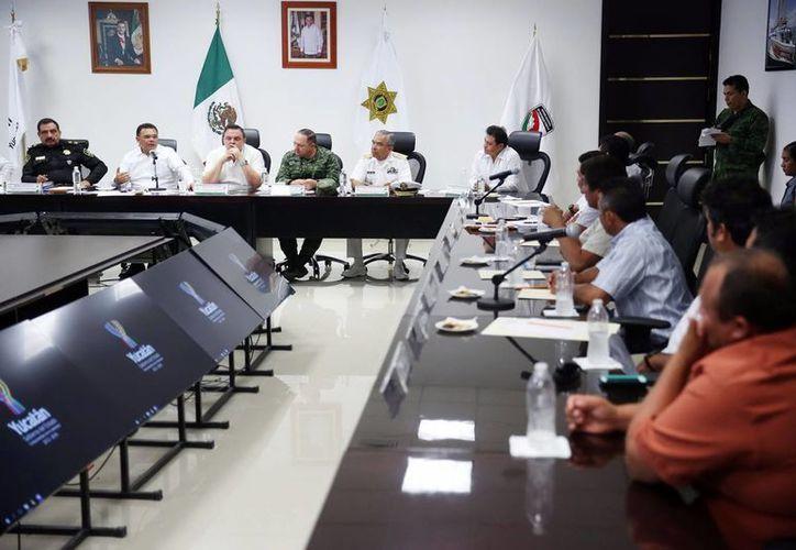 Imagen de la reunión, en la que participaron alcaldes de la costa yucateca con el gobernador Rolando Zapata Bello. (Milenio Novedades)