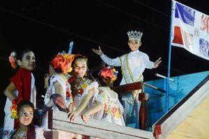 Colorido y tradicional desfile de Carnaval en el Lunes regional