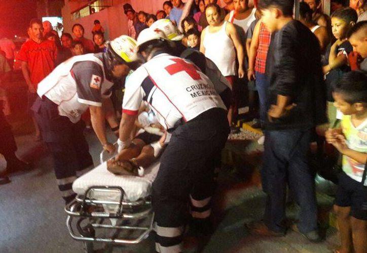 La mujer y su bebé salieron volando hacia el asfalto, resultando con lesiones en brazos y raspones. (Redacción/ SIPSE)