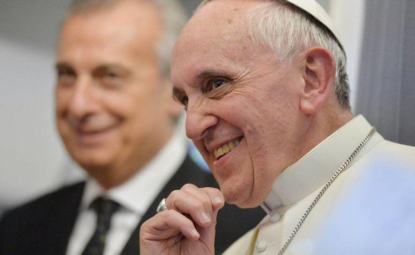 El Papa se mostró jocoso y abierto en la conferencia de prensa, que duró casi una hora y media. (Agencias)