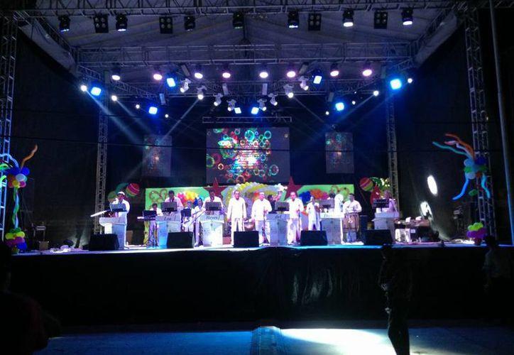 La orquesta danzonera La Playa se presentará sábado y domingo en el parque de Santiago y la Plaza Grande, respectivamente. (Facebook/La Playa)