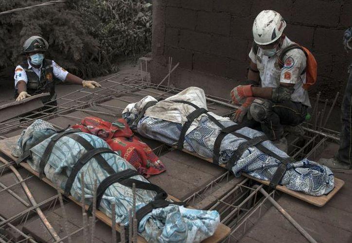 Socorristas reanudan búsqueda y rescate tras la erupción del volcán de Fuego de Guatemala. (AP)