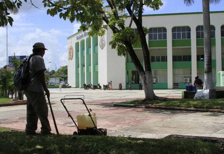 El Ayuntamiento de Othón P. Blanco comenzará con el ajuste salarial para los dos mil 276 empleados de la comuna. (Ángel Castilla/SIPSE)