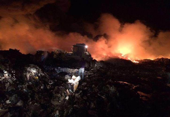 Los bomberos esperan sofocar el incendio en menos de una semana. (Sergio Orozco/SIPSE