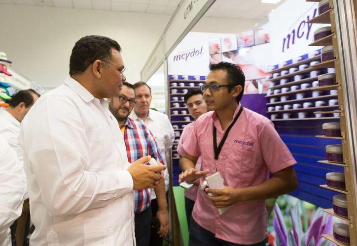 Rolando Zapata se unió a la campaña informal que se realiza en redes sociales #ConsumeLocal, con el objetivo de apoyar al sector industrial de la entidad. (Archivo/ Milenio Novedades)