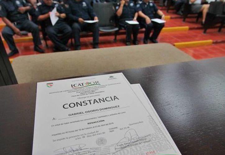Ayer 61 policías recibieron constancias de finalización de cursos en inglés, computación y redacción. (Gustavo Villegas/SIPSE)