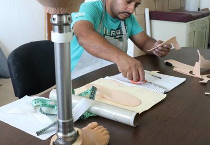 Al taller de órtesis y prótesis llegan personas con diversas discapacidades, pero pocos como Emiliano. (Adrián Barreto/SIPSE)