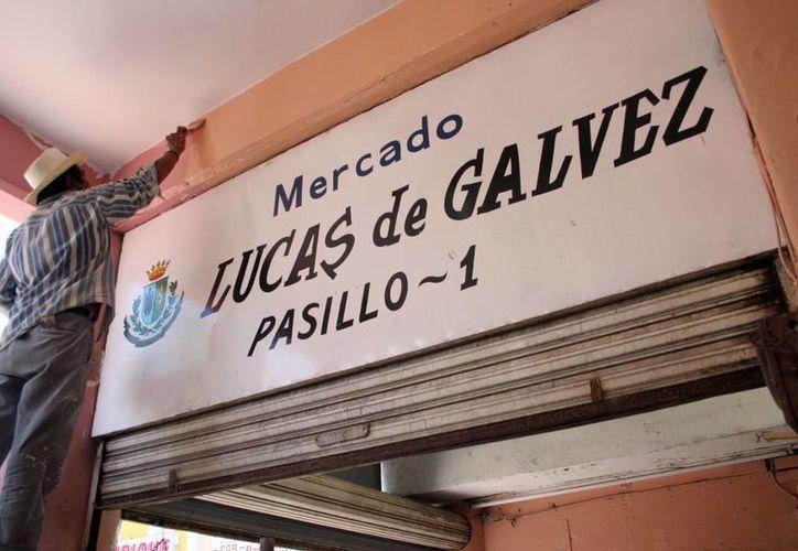 El nuevo diseño de los mercados es integral. En la gráfica, trabajos de pintura en el Lucas de Gálvez. (SIPSE)
