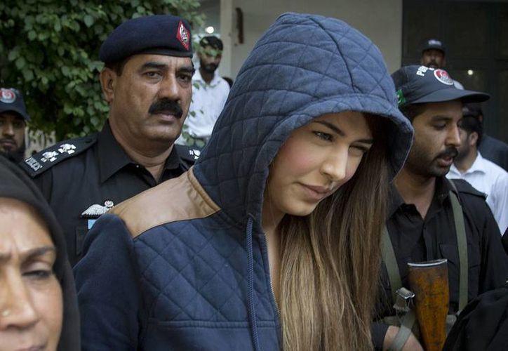 La supermodelo paquistaní Ayaan Ayaan Ali al salir de un tribunal en Rawalpindi, Pakistán. La acusan  de formar parte de una banda de celebridades que lavan dinero para políticos y empresarios. (AP Foto/B.K. Bangash)