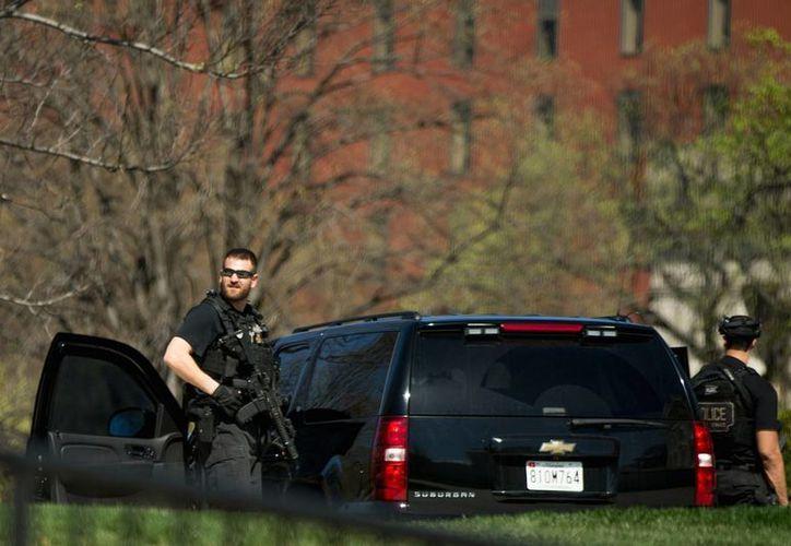 Miembros del Servicio Secreto vigilan un sector de la Casa Blanca, tras el tiroteo reportado en el Capitolio, en Washington, el lunes 28 de marzo de 2016.(AP)