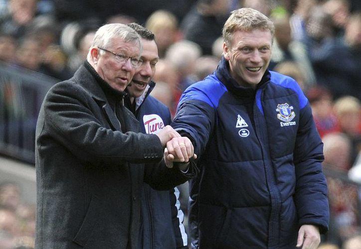 Ferguson (izq) y Moyes (der) durante el último juego entre el Manchester United y el Everton. (Agencias)