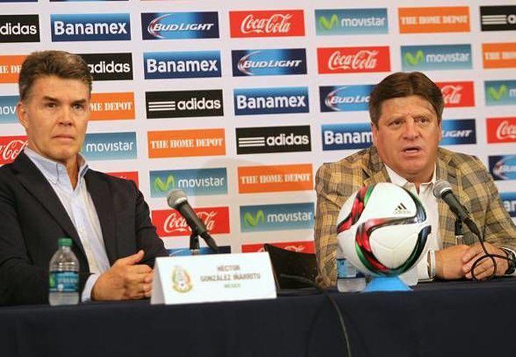 El técnico Miguel Herrera (d) considera que la Selección mexicana que acudirá a la Copa América tiene buen nivel. (Fotografía: Notimex)