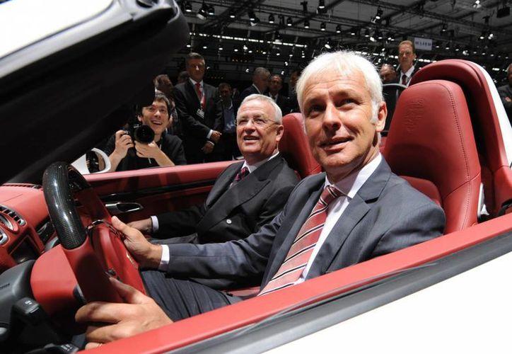 Imagen de archivo del director ejecutivo de Porsche, Matthias Mueller (der), y el director ejecutivo de Volkswagen, Martin Winterkorn, sentados en un Porsche Boxster S durante la junta general de accionistas de la marca en Stuttgart, Alemania. (Agencias)