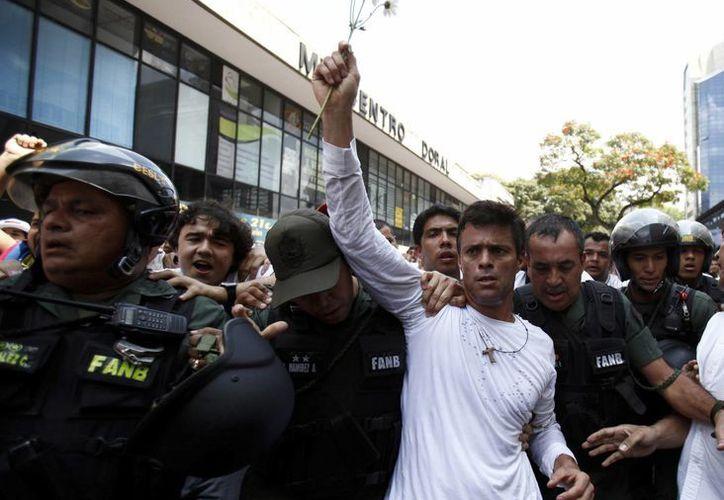 Leopoldo López, líder opositor encarcelado por el gobierno de Nicolás Maduro, es quizás el más famoso de los presos políticos venezolanos. (AP/Alejandro Cegarra)