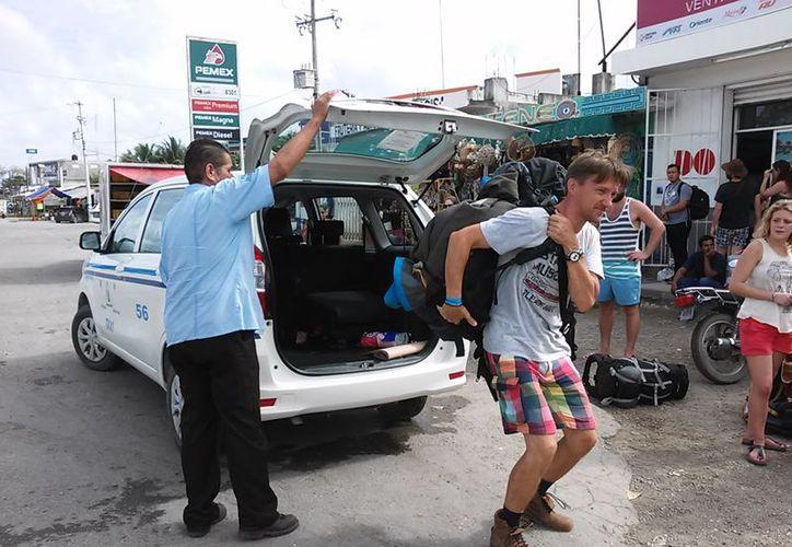 Los taxistas señalaron que al menos tres personas se dedican a transportar turistas. (Javier Ortiz/SIPSE)