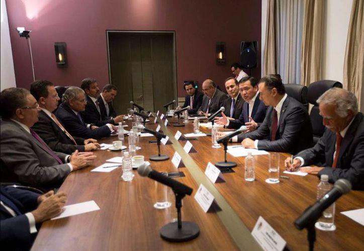 El Secretario de Gobernación recibió a los líderes de cámaras y asociaciones de empresarios, con quienes abordó el tema de las afectaciones generadas por los bloqueos de la CNTE. (twitter.com/osoriochong)
