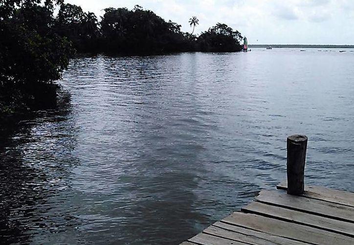 Han reclamado espacios públicos que les permita disfrutar de la Laguna de los Siete Colores. (Javier Ortiz/ SIPSE)