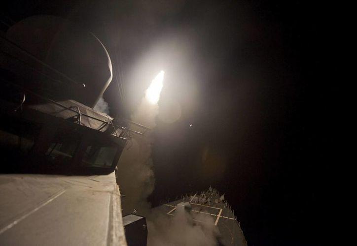 Fotografía facilitada por la Marina estadounidense que muestra el lanzamiento, ayer, de un misil desde el destructor USS Arleigh Burke con Siria como objetivo, en el Mar Rojo. (EFE)
