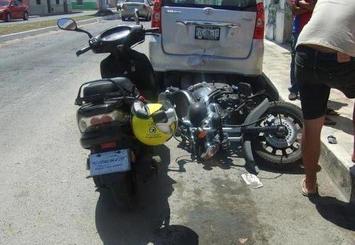 Las motocicletas se impactaron contra un vehículo estacionado. (Óscar Pérez/SIPSE)