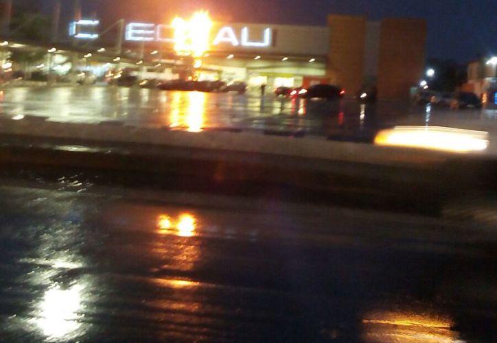 El letrero del supermercado Chedrau, de la avenida Talleres de Cancún, se incendio esta noche. (Redacción/SIPSE)