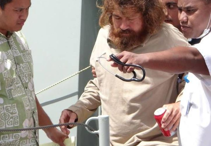Imagen de José Salvador Alvarenga, cuando fue rescatado a finales de enero n una embarcación de siete metros de largo con motores sin hélices. (Archivo/agencias)