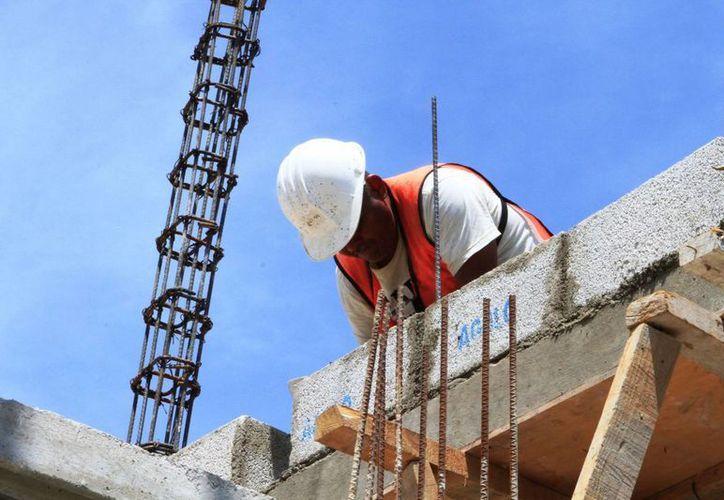 Durante 2015 se redujo el número de accidentes laborales al registrarse 500 en el área de la construcción, de los cuales hubo solo 10 muertes en el trabajo. Imagen de un albañil en una obra. (Archivo/SIPSE)