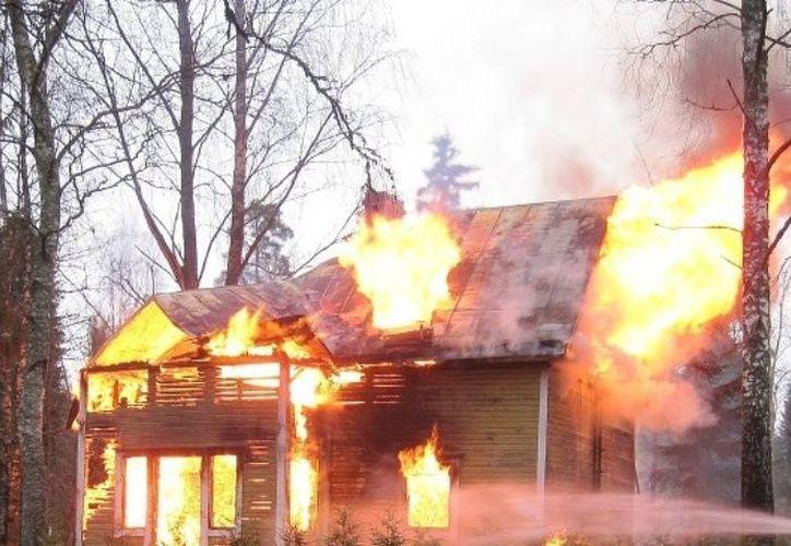 Fue el reporte de la madre del menor quien alertó a las autoridades, pero ya era demasiado tarde, la casa ya estaba en llamas. (Vanguardia MX)