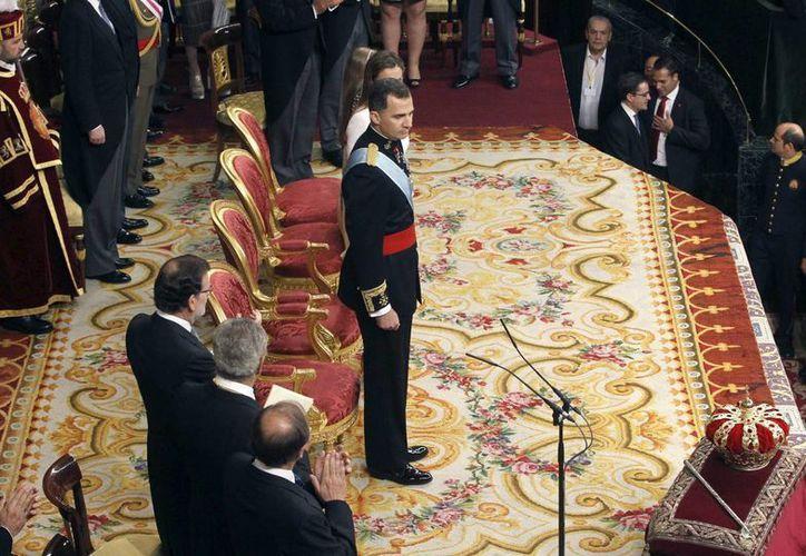 El Rey Felipe VI es aplaudido por el jefe del Ejecutivo, Mariano Rajoy (i), y los presidentes del Congreso de los Diputados, Jesus Posada (2-i), y del Senado, Pío García Escudero (3-i). (EFE)
