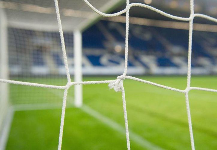 EL balón se coló por fuera a través de un hueco en la red. (Foto: Agencia EFE)