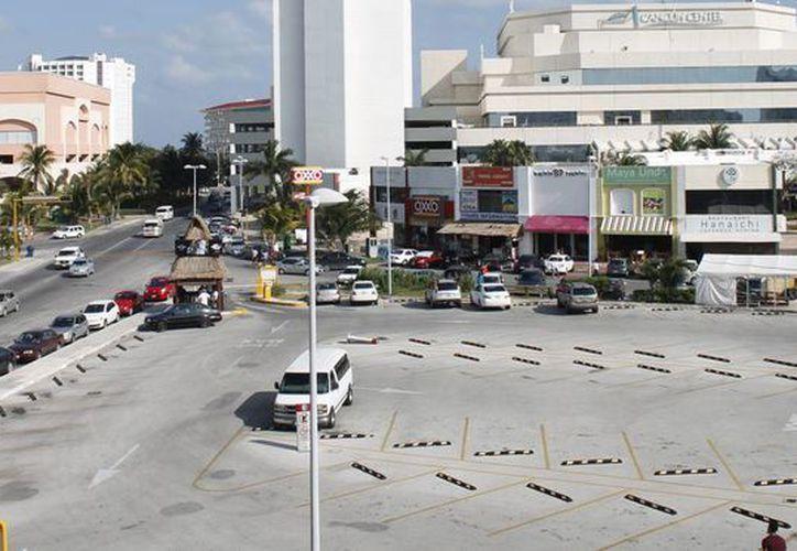 Contemplan un centro de autoservicios de tres mil 727 metros cuadrados, con tres pisos y un estacionamiento de 2.7 metros. (Redacción/SIPSE)