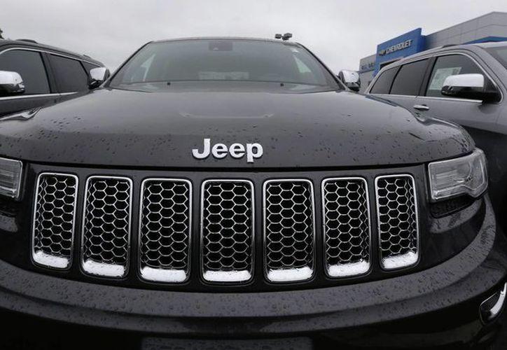 Los modelos que según la EPA violan la Clean Air Act son el Dodge Ram 1500 y Jeep Grand Cherokee. (AP/Charles Krupa)