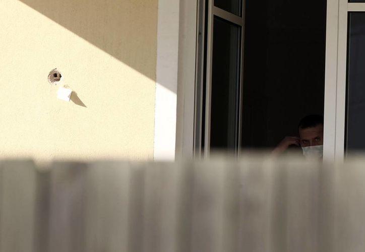 Gráfica en la que se observa uno de los impactos contra la residencia de Wolfgang Dold. La policía recogió más de 60 casquillos de bala en la zona. (Agencias)