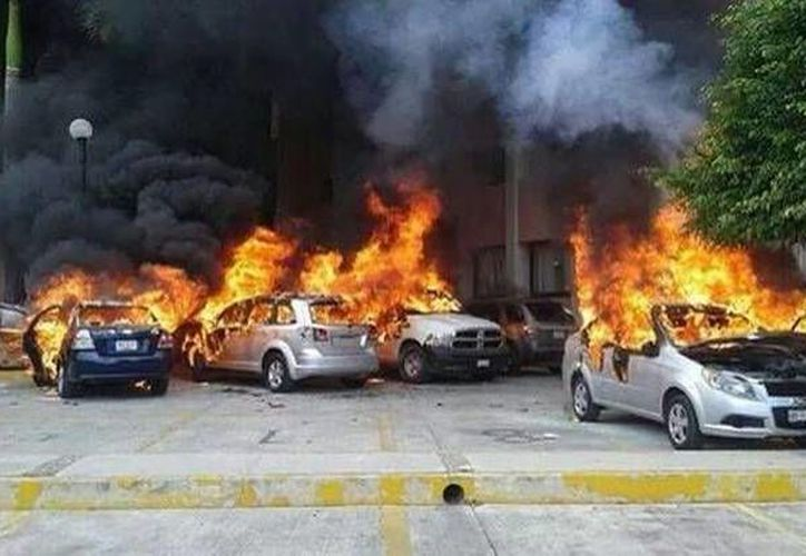 Los docentes prendieron fuego a cinco automóviles estacionados en la sede del Poder Legislativo. (Twitter.com/@_Amaroc)
