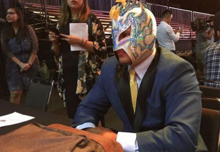 Las dos futuras estrellas mexicanas de WWE, Andrade 'Cien' Almas y Gran Metalik, deben aprender a levantarse de cualquier adversidad. (Carlos Zulbarán/Récord).
