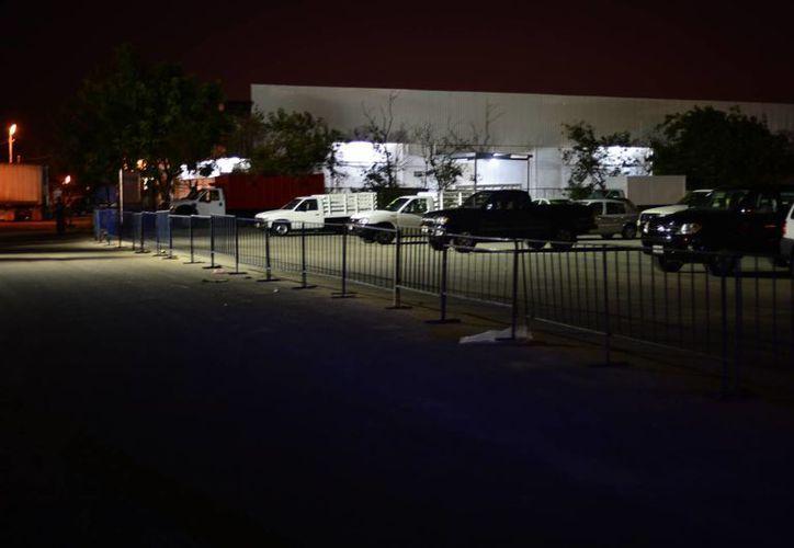 Al cerrar los accesos a la Central de Abasto  de Mérida, varios vendedores del tianguis del automóvil quedaron atrapados. (Luis Pérez/SIPSE)