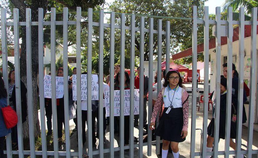 Tras el paro de los profesores, los padres de familia exigieron que se restablezcan las clases. (Paola Chiomante/SIPSE)