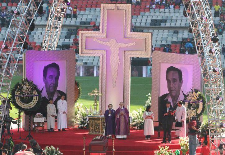 Concluye la misa de cuerpo presente en memoria de Chespirito, en el Estadio Azteca. (Notimex)