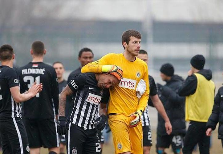 El futbolista Everton Luiz(Izq.) salió entre lágrimas tras recibir insultos racistas durante el partido entre Partizán y Rad de Belgrado, en Serbia.(Archivo/AP)