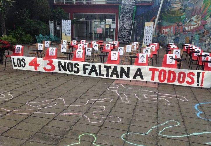 La desaparición de los 43 normalistas de Ayotzinapa ha generado diversas protestas en México y otras partes del mundo. (twitter.com/canallasforever)