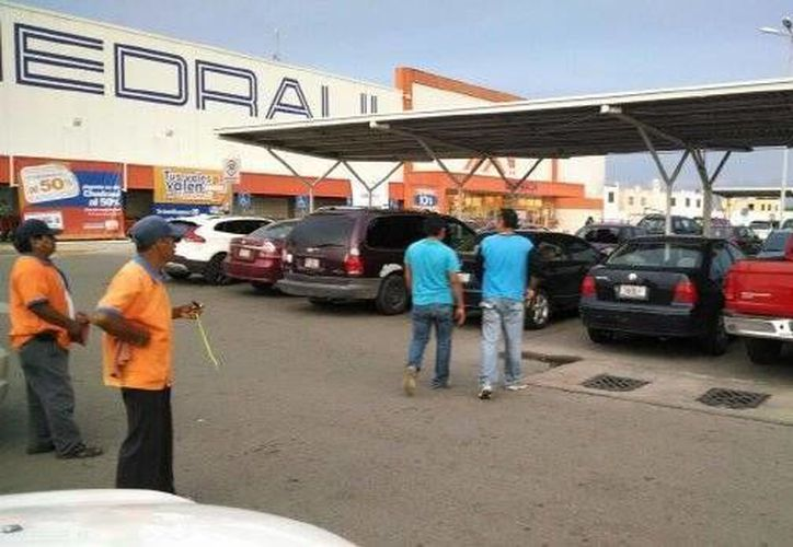 agen del estacionamiento de un supermercado de Ciudad Caucel donde fue encontrada la camioneta de la víctima con sus restos mortales. (Milenio Novedades)