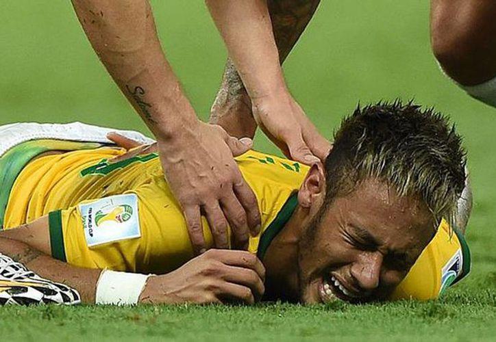 Imagen de Neymar cuando sufrió un rodillazo del lateral Camilo Zúñiga de Colombia del partido que lo llevó a las semifinales frente a la de Alemania. (aldia.cr)